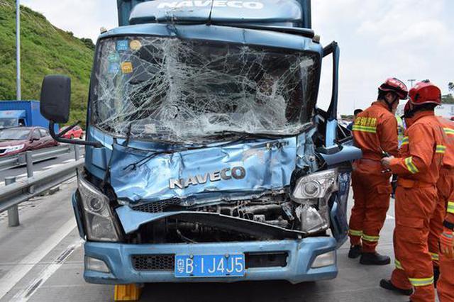 龙大高速4车相撞2人被困 松岗消防紧急救援