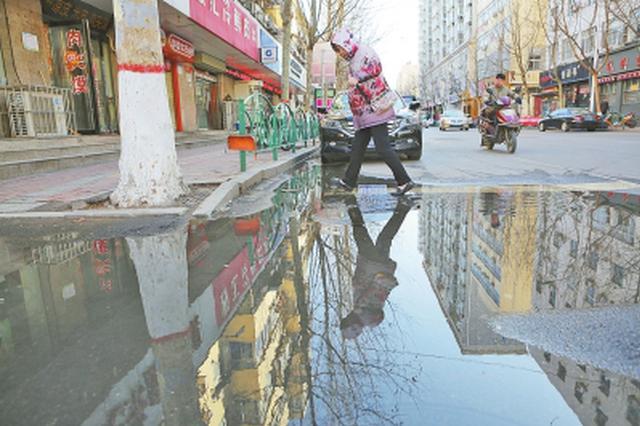 污水倒灌路面变臭水河 施工单位将彻底清淤疏浚