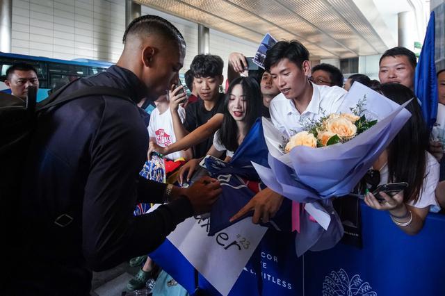 巴黎圣日耳曼抵达深圳 明星球员内马尔姆巴佩卡瓦尼亮相