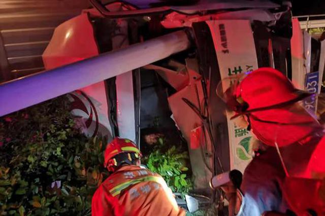 货车侧翻司机被困 坂田消防紧急救援
