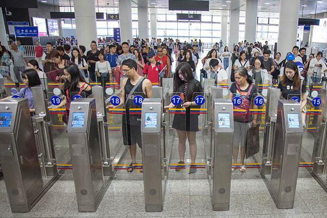 中秋节假期首日 口岸出入境客流平稳有序