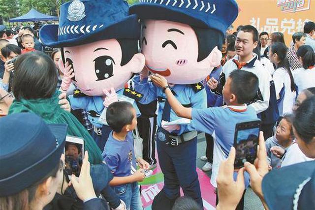 """深圳公安警营开放日启动 首个5G""""义警""""机器人亮相"""