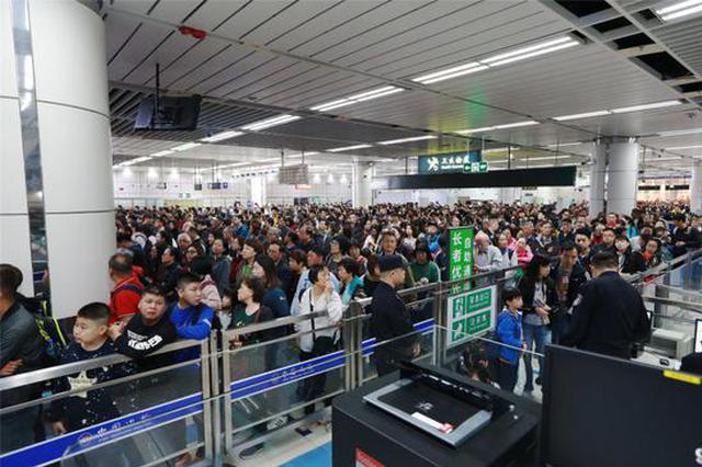 """""""人从众"""" 深圳湾口岸入境大厅被挤爆棚"""