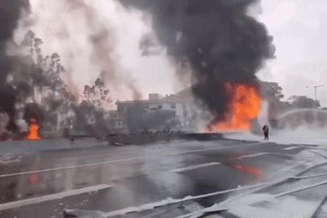 广深高速一油罐车侧翻汽油泄漏起火