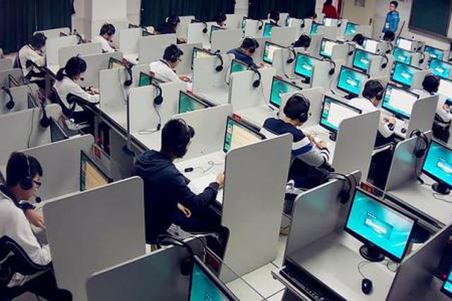 高考英语听说开考 深圳4.1万学子赴考