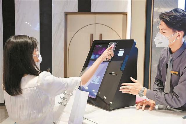 深圳超150家影城复映迎客 观众佩戴口罩保持距离