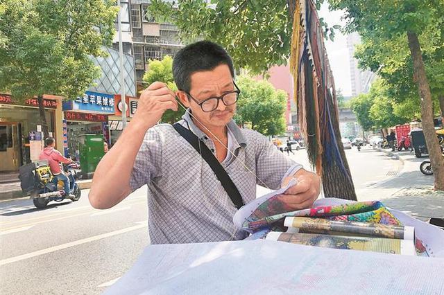 """4年绣出6米长《清明上河图》布吉街道65岁修鞋匠丘宏星""""走红"""