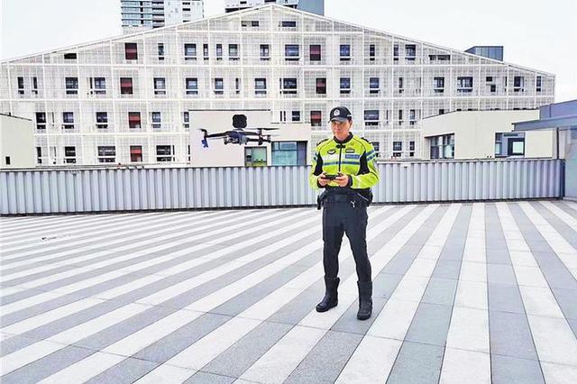 深圳交警正在练习无人机空中执勤。