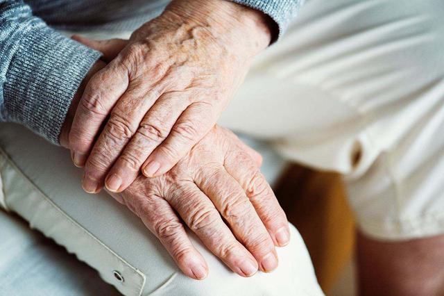 深圳推出11条措施方便老年人办理出入境证件