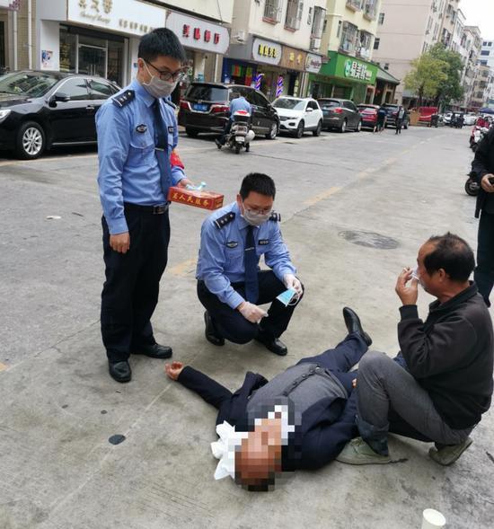 陈锡武(左二)与队员救助晕厥居民