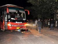 客车撞倒摩托致司机当场死亡