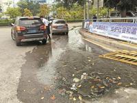 井盖冒污水影响居民出行