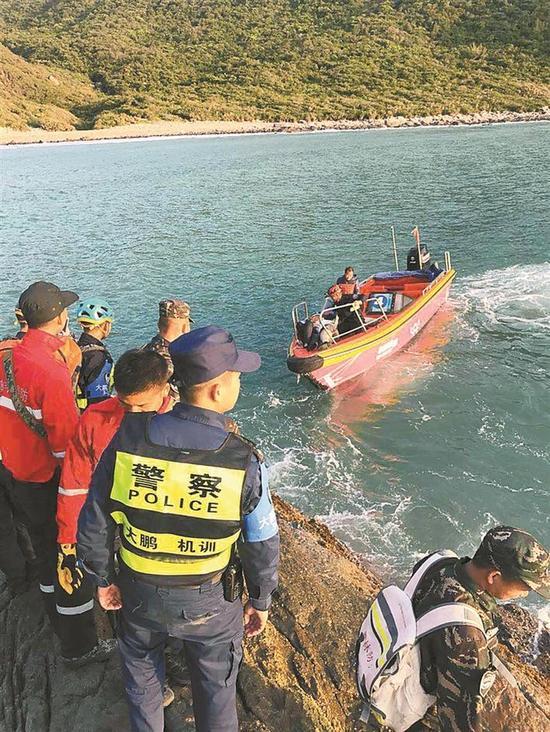 ▲公安消防等部门正营救被困游客。 深圳晚报记者 余海洪 摄