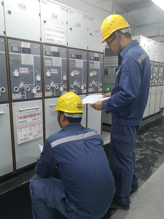 宝安供电局工作人员再次检查供电设备运行状况