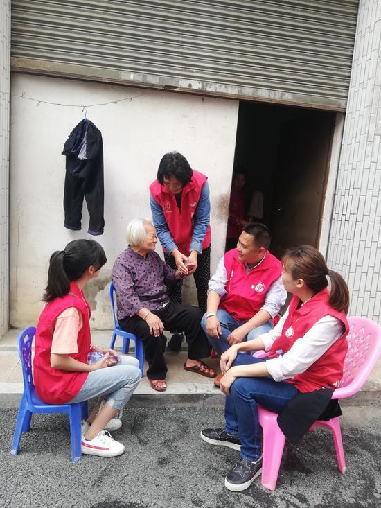 红小二服务队伍探访高龄老人