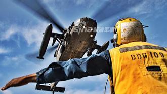 美陆军直升机降落美海军驱逐舰联训