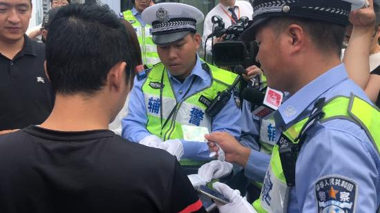 ▲有司机因未提醒后排乘客系安全带被罚。