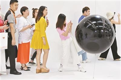 时尚深圳展上,科技与潮流互相碰撞。