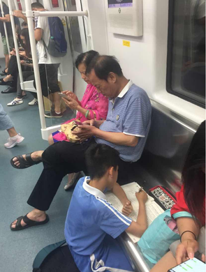 小学生地铁写作业引热议