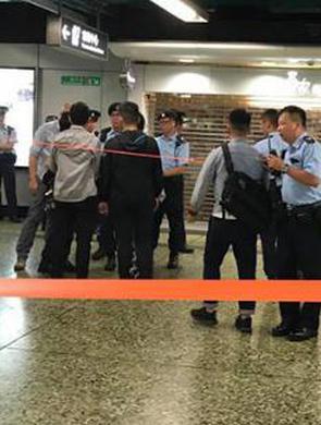 香港地铁有男子持刀 警察开枪