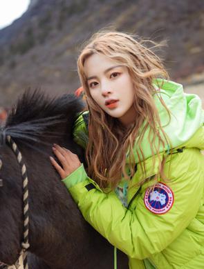 杨超越化身酷女孩与马同框