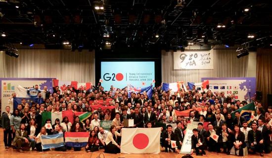 二十国青年企业家代表团合影