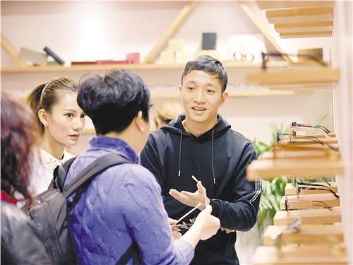 今年3月份,深圳横岗眼镜亮相第十八届中国(上海)国际眼镜业展览会,受到广泛关注。(资料图片)