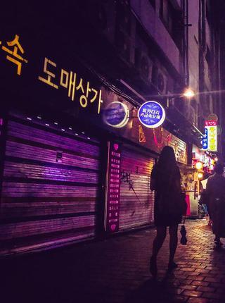 雨夜中的韩国首尔