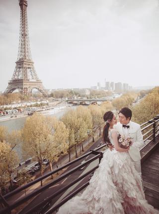 郎朗与24岁混血妻子巴黎铁塔下甜蜜依偎