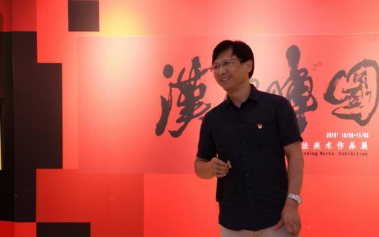 深圳市华侨城中学校长助理工会主席刘春炎在开幕式上致辞