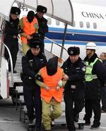 全国最大诈骗团伙包机落地被押