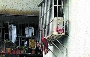 女童身悬七楼防盗窗外 警民联手几分钟解救孩子脱险