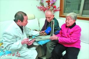 家庭医生上门服务极大方便了老年人
