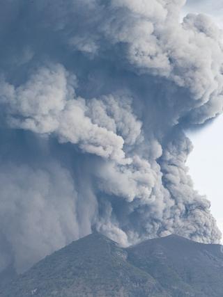 印尼火山喷发 火山灰高逾千米