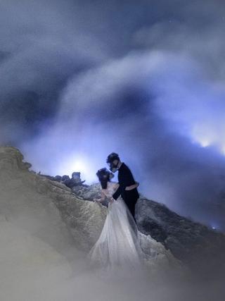 印尼小夫妻火山口拍婚纱照