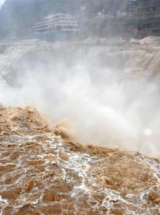 气温回暖 黄河壶口瀑布水量增大