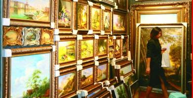 风格各异的油画从大芬村走向世界。光明日报记者 张永群摄/光明图片