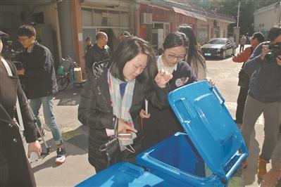 深圳市人大代表黄丽君(图中居左)在专项执法检查现场督导。