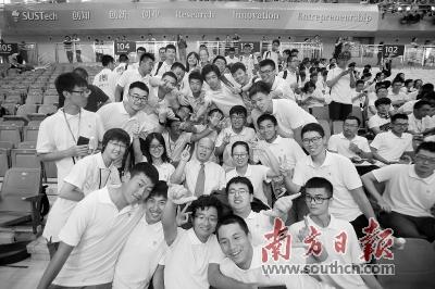 今年深圳将加大南方科技大学、深圳大学等高水平大学建设力度。图为南方科技大学2017年开学典礼现场,新生们摆出各种姿势和教授合影。资料图片