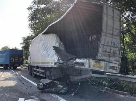 司机停应急道查故障被港牌车撞身亡