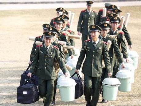 """""""00后""""新兵奔赴粤港边海防一线"""