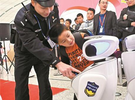 20台警用机器人深圳北站上岗 可完成巡逻等工作