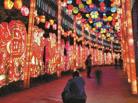 年味浓郁随处可见  一串串红灯笼点亮深圳夜景