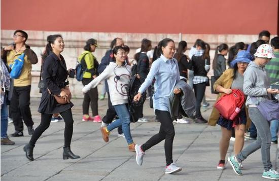 2015年10月11日,北京,游客排13小时长队看清明上河图。 东方IC 图