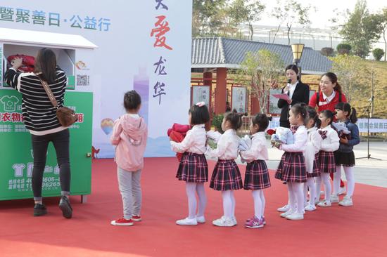 儿童代表捐赠衣物