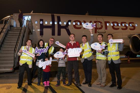 香港快运航空总裁以及管理团队于香港国际机场与搭乘2017年香港快运航空最后一班抵港客机的旅客及机组人员一起告别2017年。