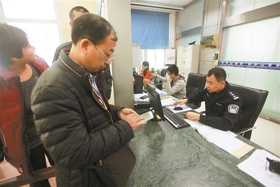 龙华公安分局龙城派出所民警为严淇开具身份证明。