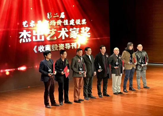 尹沧海先生(右三)在获奖现场