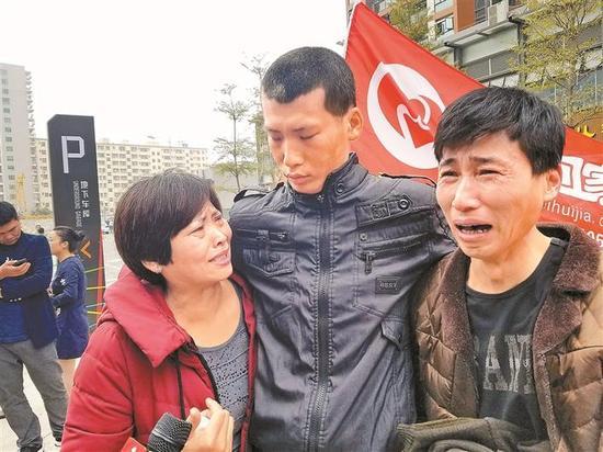 离家11年后,严淇(中)与父母在深圳相认。