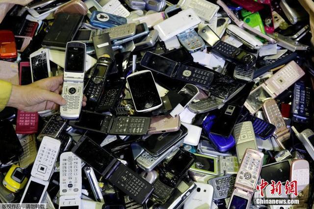 废弃手机拆解深陷地下产业链 正规企业难与小作坊竞争